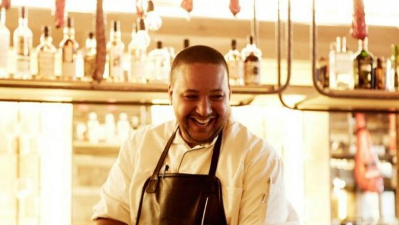 Francois geurds lachend in restaurant